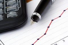 Feder und Rechner auf positivem Einkommen-Diagramm lizenzfreies stockfoto