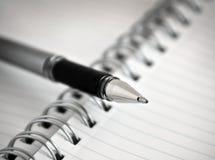 Feder und Spirale - verklemmtes Notizbuch/Notizblock Stockbilder