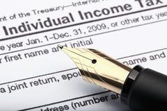 Feder und Steuerformular Stockfoto