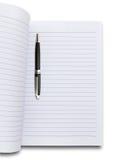 Feder und unbelegtes Notizbuch Lizenzfreie Stockfotos