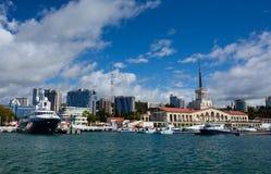 FEDERAÇÃO DE SOCHI/RUSSIAN - 29 DE SETEMBRO DE 2014: porto marítimo imagem de stock royalty free