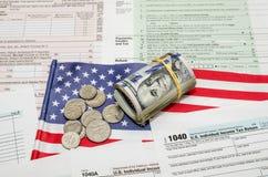 Federaal Inkomen 1040 belastingaangiftevorm met geld en vlag royalty-vrije stock afbeeldingen