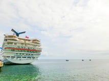 Federación del santo San Cristobal y Nevis - 13 de mayo de 2016: La fascinación del barco de cruceros del carnaval en el muelle Fotografía de archivo libre de regalías