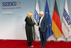 Federacyjny ministra spraw zagranicznych Dr Frank-Walter Steinmeier wita Dunja Mijatovic fotografia royalty free
