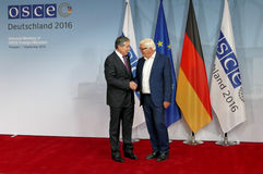 Federacyjny ministra spraw zagranicznych Dr Frank-Walter Steinmeier wita Sirodjidin Aslov obrazy stock