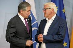 Federacyjny ministra spraw zagranicznych Dr Frank-Walter Steinmeier wita Sirodjidin Aslov fotografia stock