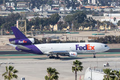 Federal Express Fedex McDonnell Douglas MD-10-10F N373FE som ankommer på San Diego International Airport Arkivfoton