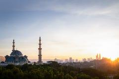 Federal moskésikt under soluppgången med Kuala Lumpur Cityscape arkivfoton