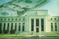 Federal Reserve-Gebäude mit zwanzig Dollarschein auf Schmutz textu stockfotografie