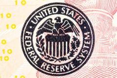 Federal Reserve symbol på en ted dollarräkning Arkivbilder