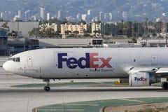 Federale Uitdrukkelijke de ladingsvliegtuigen van Fedex McDonnell Douglas M.D.-11F bij de Internationale Luchthaven van Los Angel Stock Foto
