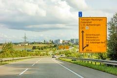 Federalt huvudvägtecken på Bundesstrasse B27, Tubingen/Reutlingen Filderstadt Leinfelden-Echterdingen royaltyfria bilder