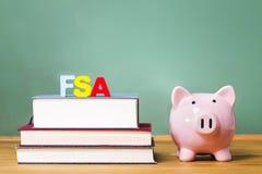 Federalt studentAid tema med läroböcker och spargrisen royaltyfri bild