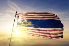 Federalt territorium av Kuala Lumpur av tyg för torkduk för Malaysia flaggatextil som vinkar på den bästa soluppgångmistdimman vektor illustrationer