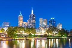 Federationfyrkant och Melbournen CBD på natten Arkivfoton