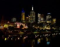 Federationfyrkanten i Melbourne på natten reflekterade i Yarraen Arkivbild