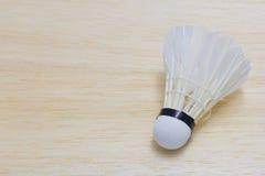 Federball auf hölzernem Hintergrund Stockfotos