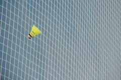 Federball in einem Gitterbadminton stockfotografie