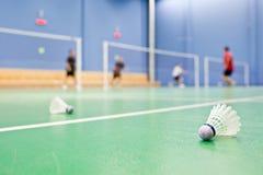 Federballplätze mit Spielern und shuttlecocks stockfotos