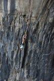 Federelement, das in Prohodna-Höhle springt lizenzfreie stockbilder
