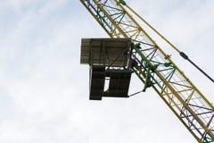 Federelement springende Kabine und cran Leute im Flug von einer Höhe Lizenzfreie Stockbilder