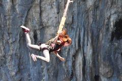 Federelementsprung in einer Höhle Stockfoto