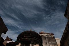 Federhimmel und alter Tempel Lizenzfreie Stockfotos