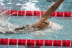 Federica Pellegrini simmare under 7th för Milano för Trofeo cittadi konkurrens simning Arkivfoto