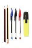 Federn, Bleistifte und ein Leuchtmarker Stockfoto