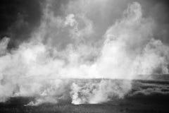 Federn des Dampfs steigend über heißes lizenzfreie stockfotografie