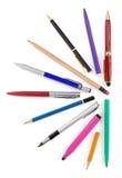 Federn und Bleistifte auf Weiß Lizenzfreie Stockbilder