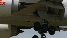 Fedex Boeing B777F che atterra a Narita video d archivio