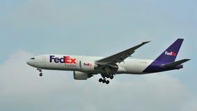 Fedex Boeing expreso 777 que aterriza en el aeropuerto de Changi Imagen de archivo