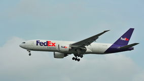 Fedex Boeing preciso 777 che atterra all'aeroporto di Changi Immagine Stock