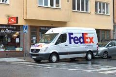 ` Fedex de Mercedes Sprinter do ` da camionete de entrega nas ruas de Éstocolmo foto de stock
