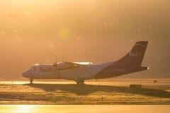 Fedex dozownika samolot przy Złotą godziną zdjęcie royalty free