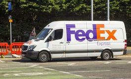 Fedex-Kurierpackwagen auf der Newtoqnards-Straße in Dundonald Belfast lizenzfreie stockfotos