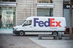 Fedex leveranslastbil som parkeras i det near modelagret för gata Royaltyfri Bild