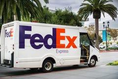 Fedex ror uttryckliga skåpbil danande leveranser i Santana, San Jose, Kalifornien Royaltyfria Bilder