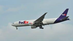 Fedex Uitdrukkelijk Boeing die 777 bij Changi Luchthaven landen Royalty-vrije Stock Foto's