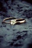 Fedi nuziali con il diamante del solitario Fotografie Stock