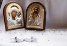 Fedi nuziali dell'oro bianco con le icone Fotografia Stock Libera da Diritti