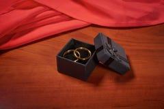 Fedi nuziali dell'oro di giorno di biglietti di S. Valentino Immagini Stock