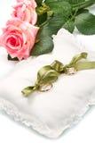 Fedi nuziali dell'oro sul cuscino bianco fotografie stock libere da diritti