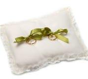 Fedi nuziali dell'oro sul cuscino bianco fotografia stock