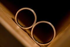 Fedi nuziali dentro l'armadietto di legno Fotografia Stock