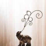 Fedi nuziali disposte su una figurina dell'elefante Fotografie Stock Libere da Diritti