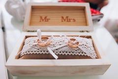 Fedi nuziali dorate in una scatola di legno bianca Decorazione di cerimonia nuziale Simbolo della famiglia, dell'unità e dell'amo Fotografie Stock