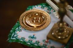 Fedi nuziali dorate vicino all'altare nella chiesa per le coppie di nozze della cerimonia di nozze religiosa tradizionale Fotografia Stock Libera da Diritti
