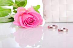 Fedi nuziali e rose rosa Immagine Stock Libera da Diritti